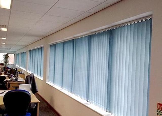 Sử dụng rèm lá dọc cho các cửa sổ lớn tại các văn phòng